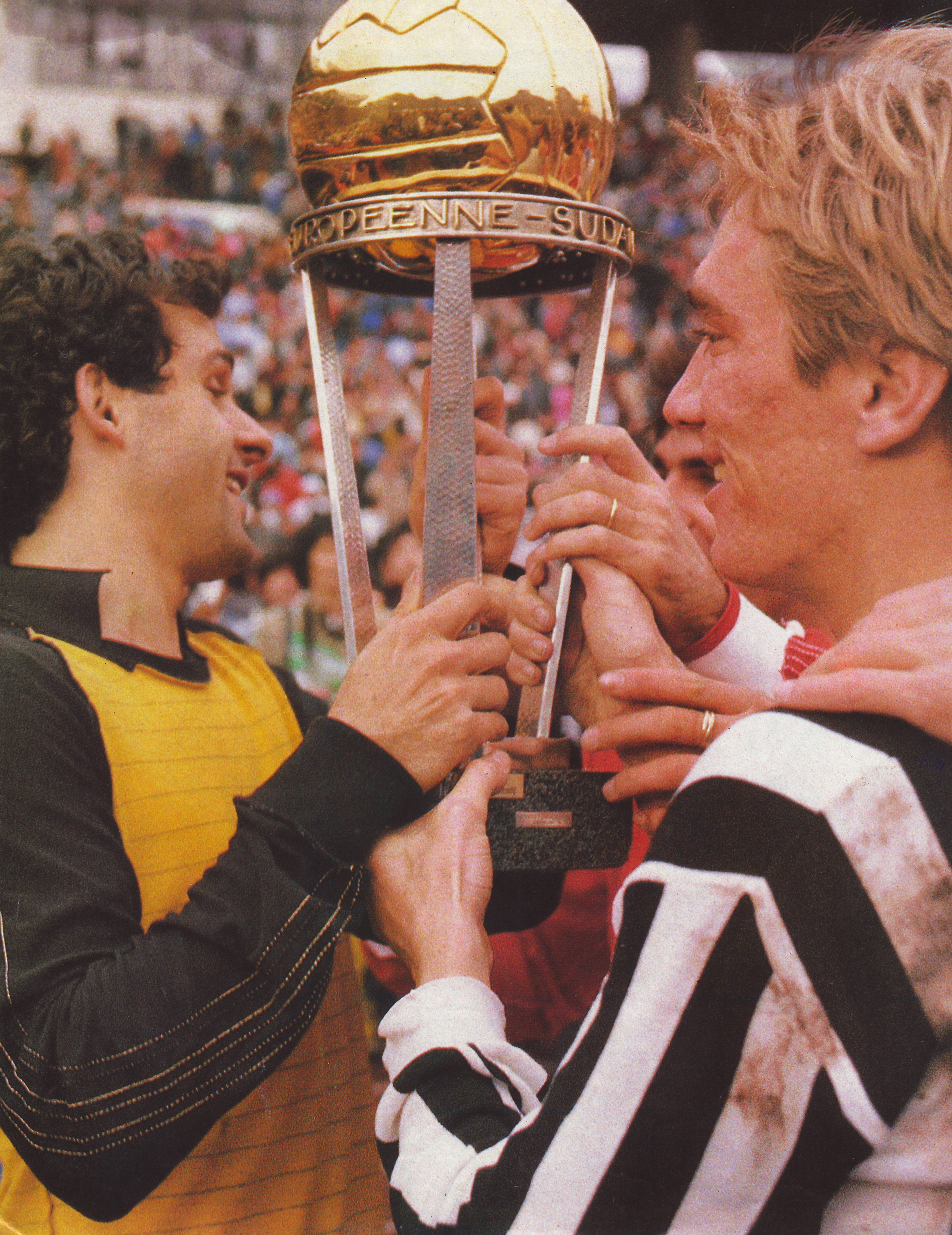 Juventus - Argentinos Jr, Platini and Bonini with the Cup