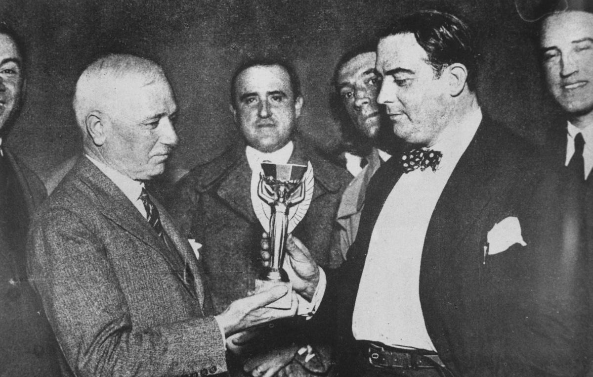 Jules Rimet consegna la coppa nelle mani del presidente della federazione uruguayana