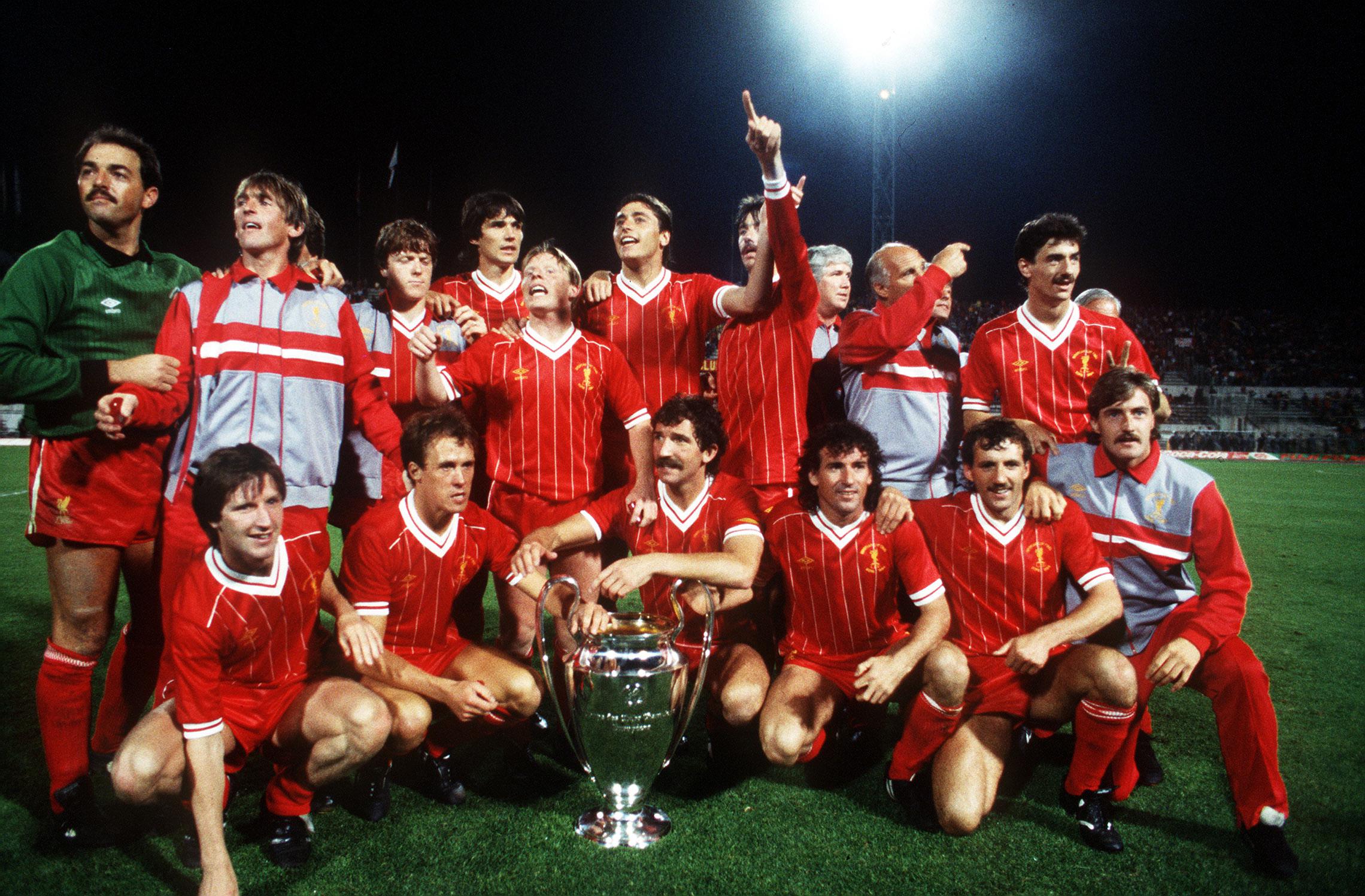 Coppa dei Campioni 1984, Liverpool-Roma - La squadra del Liverpool posa con il trofeo