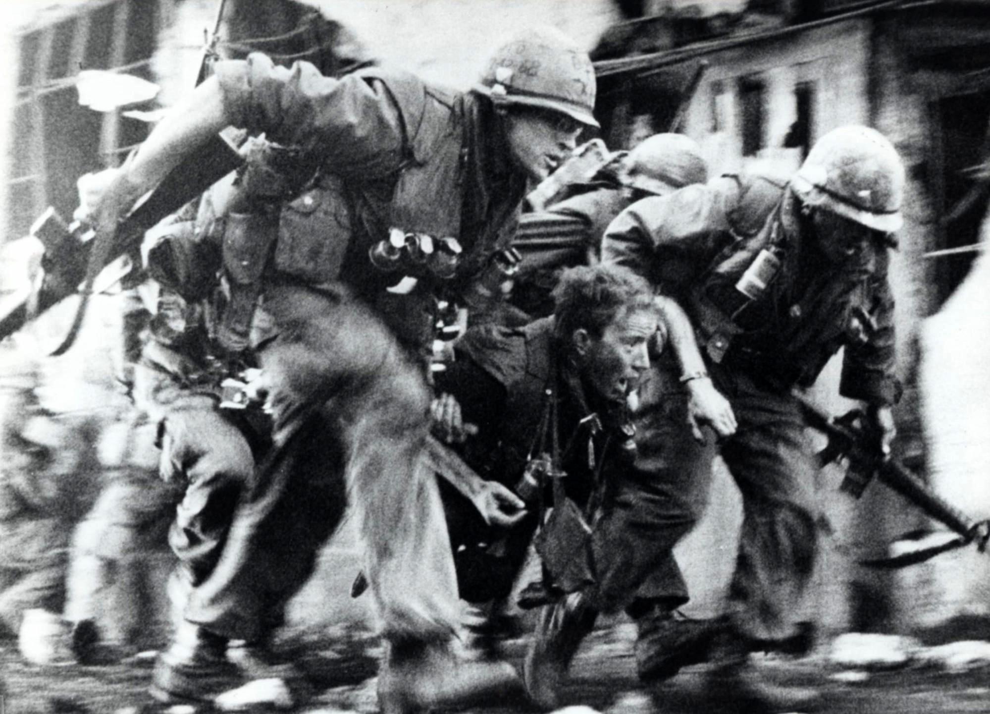 Full Metal Jacket - The unit under sniper fire